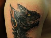 Татуировка злая кошка на плече