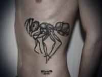 Татуировка муравей на боку