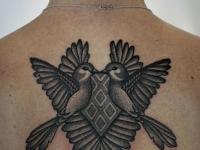 Татуировка птицы на спине