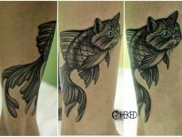 Татуировка рыба-кот на голени