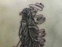 Татуировка фигура птицы на спине
