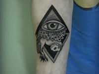 Татуировка узор с глазом на предплечье