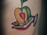 Татуировка половинка яблока на руке