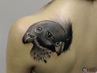 Татуировка голова птицы на лопатке