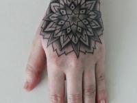 Татуировка узор на кисти руки
