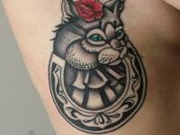 Татуировка кот на боку