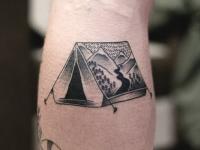 Татуировка растянутой палатки на руке