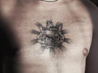 Татуировка сердца в руках на груди