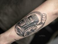 Татуировка водяной мельница на предплечье