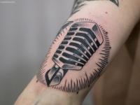 Татуировка микрофона на руке