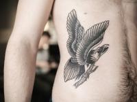 Татуировка на боку в виде орла на ветке