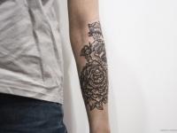 Татуировка орнамента на цветочную тему на предплечье