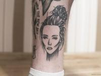 Татуировка красивой головы красивой девушки на ноге