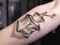 Татуировка кофемолки на внутренней стороне предплечья