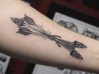 Татуировка трех стрел связанных веревкой на внутренней стороне предплечья