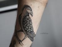 Татуировка в виде птицы на ветке