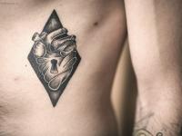 Татуировка сердца с замком в ромбе на боку