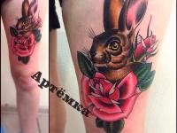 Татуировка заяц в розах на бедре