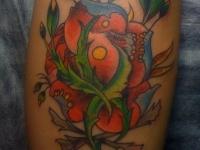 Татуировка цветок на икре