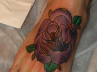 Татуировка роза на стопе