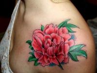 Татуировка роза на груди