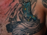 Татуировка девушка на груди