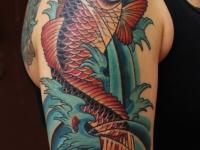 Татуировка золотая рыбка на плече