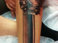 Татуировка нож на голени