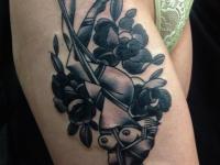 Татуировка связанная девушка на бедре