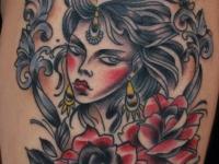 Татуировка девушка на бедре