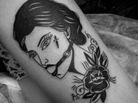 Татуировка девушка с завязанным ртом и цветок