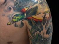 Татуировка утка на плече
