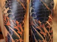 Татуировка морской конёк на плече