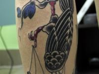 Татуировка птица череп на икре