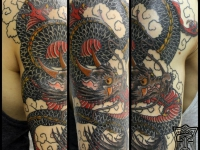 Татуировка змей на плече