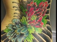 Татуировка цветок на спине