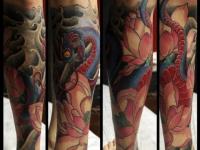 Татуировка змея с цветком на голеностопе