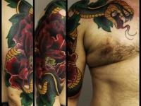 Татуировка змея на плече