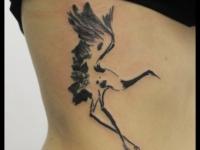 Татуировка аист на боку