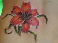 Татуировка лилия на спине