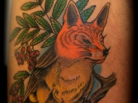 Татуировка птица-лисица на бедре