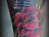 Татуировка микрофон с розой