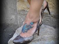 Татуировка цветы на ступне