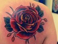Татуировка роза на лопатке