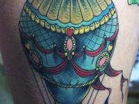 Татуировка воздушный шар на бедре