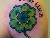 Татуировка лепесток на плече