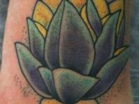Татуировка цветок на стопе