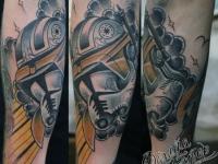 Татуировка шлем на предплечье