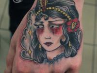 Татуировка девушка на кисти