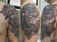 Татуировка волки на плече